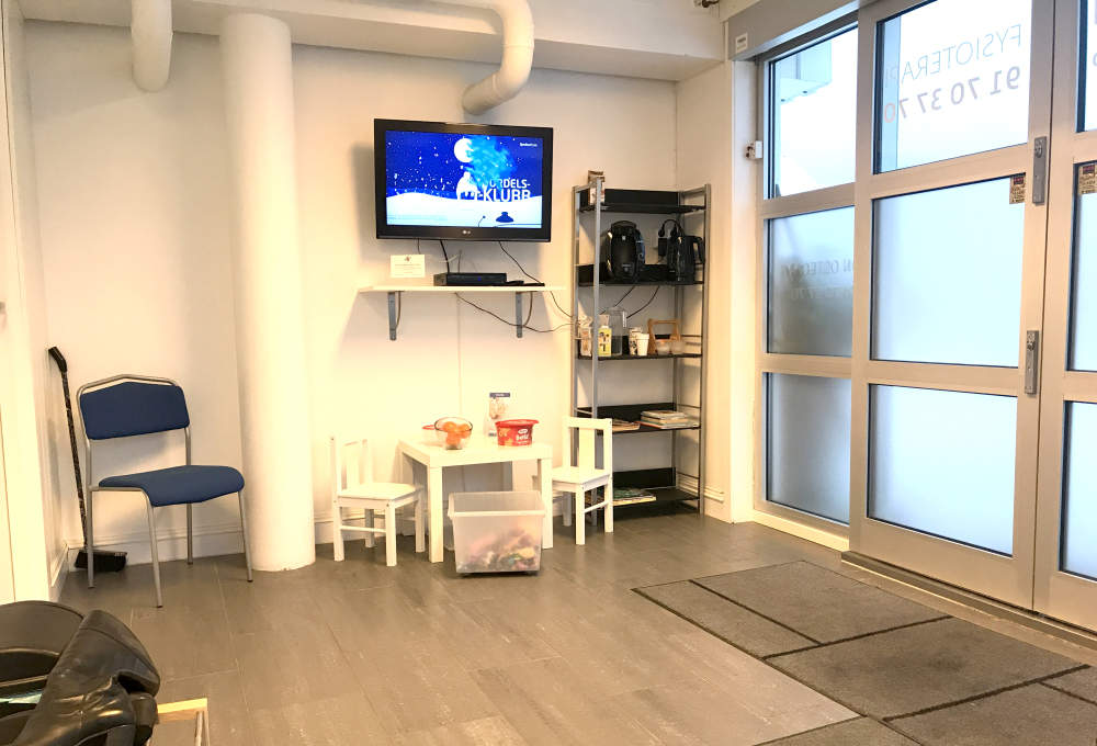 Foto av venteværelset til Son Osteopati.