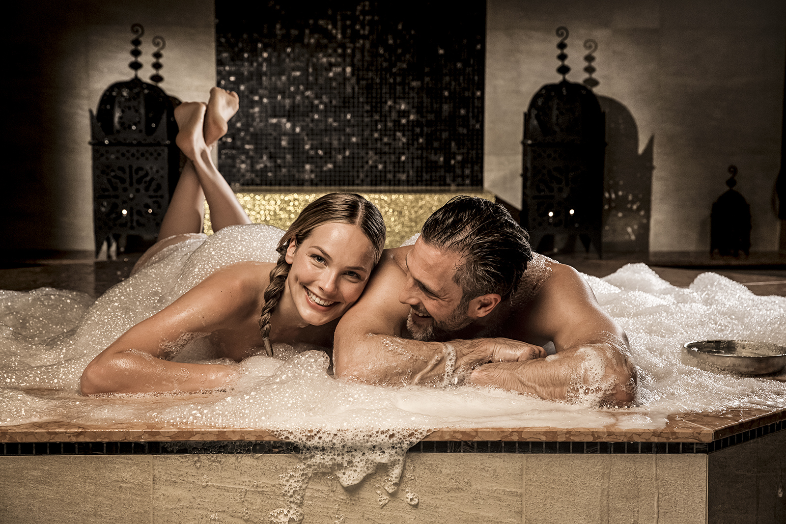 To personer ligger i bobler