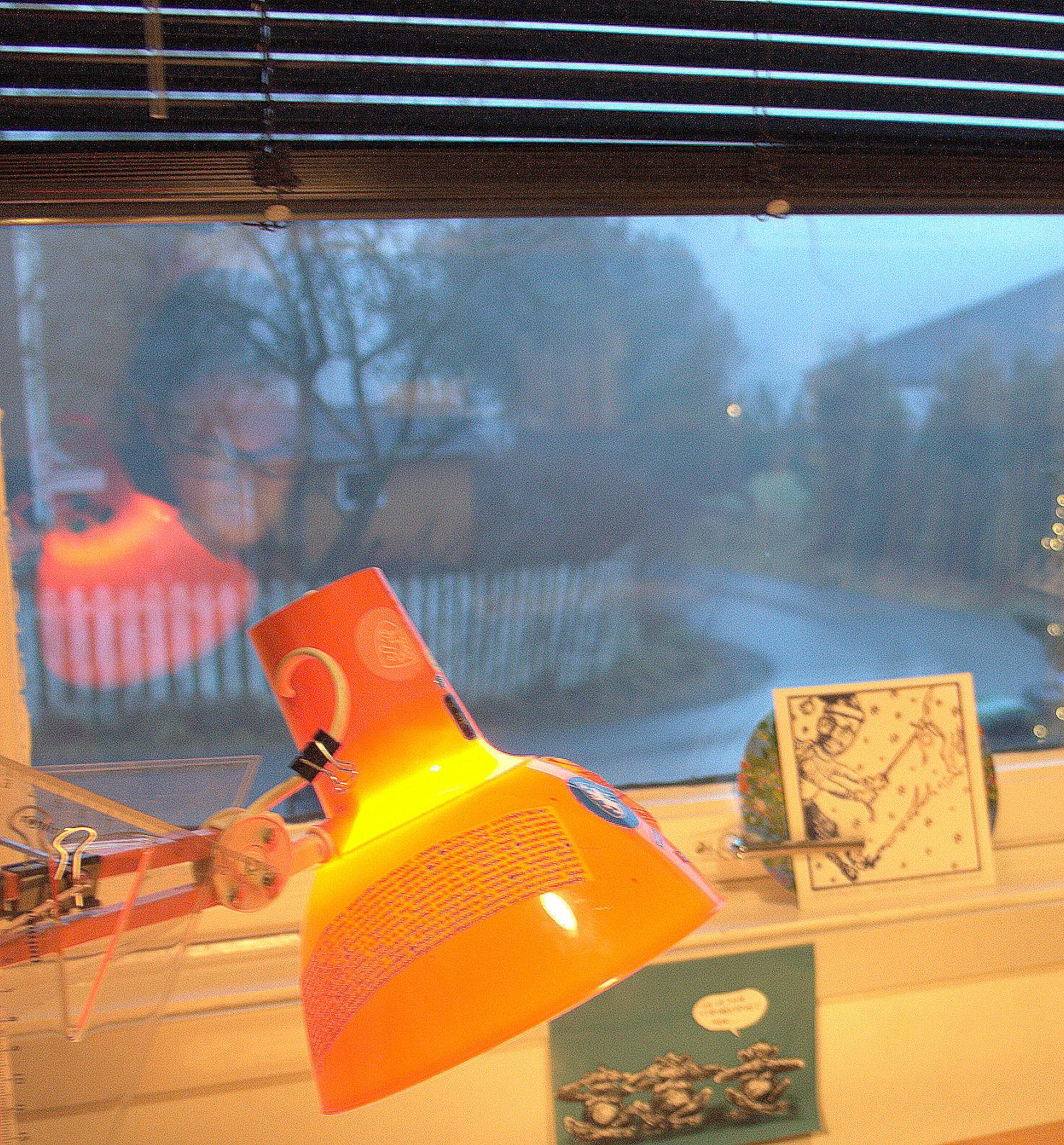 Refleksjon i ett vindu, utenfor har det regnet, Skumring