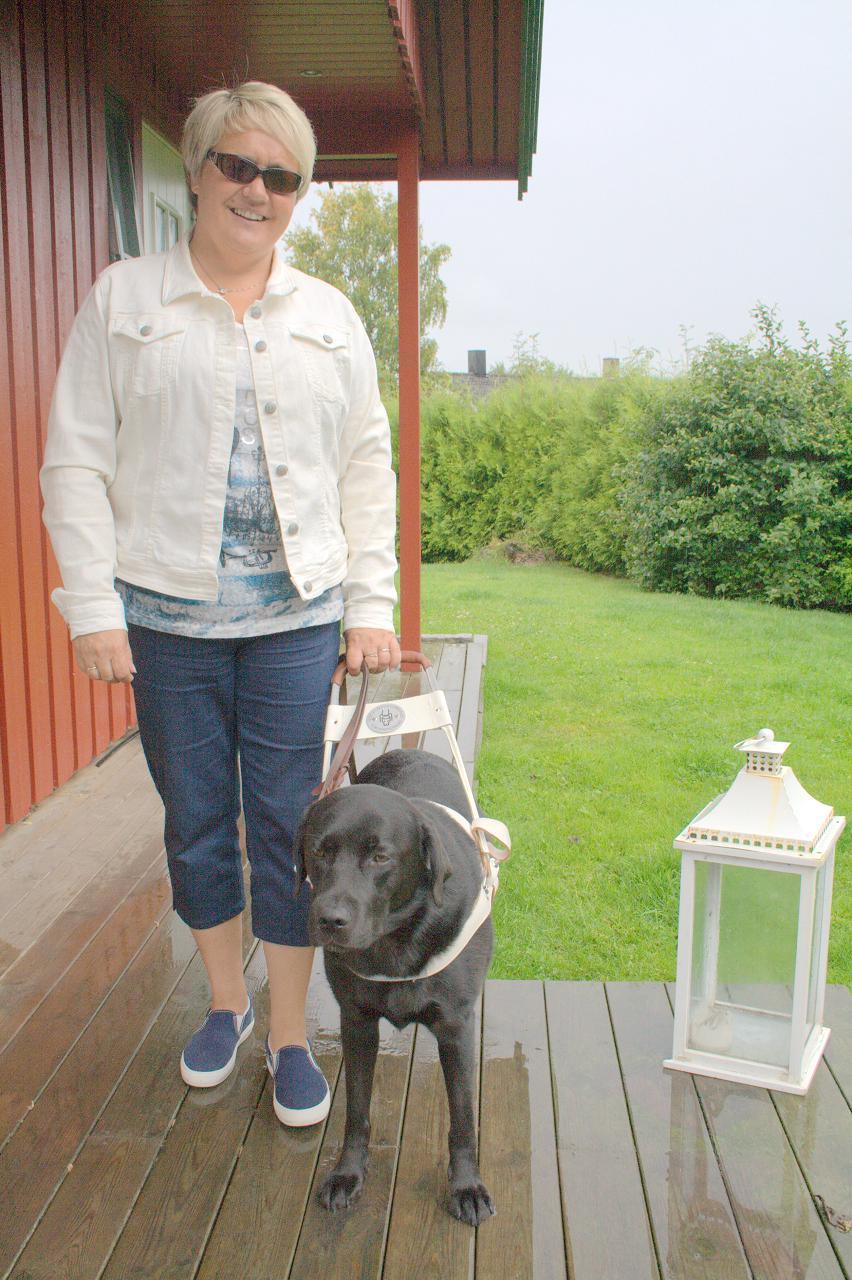 Blind dame med sort labrador