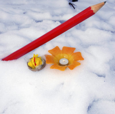 Blyant i snøen, med påskepynt