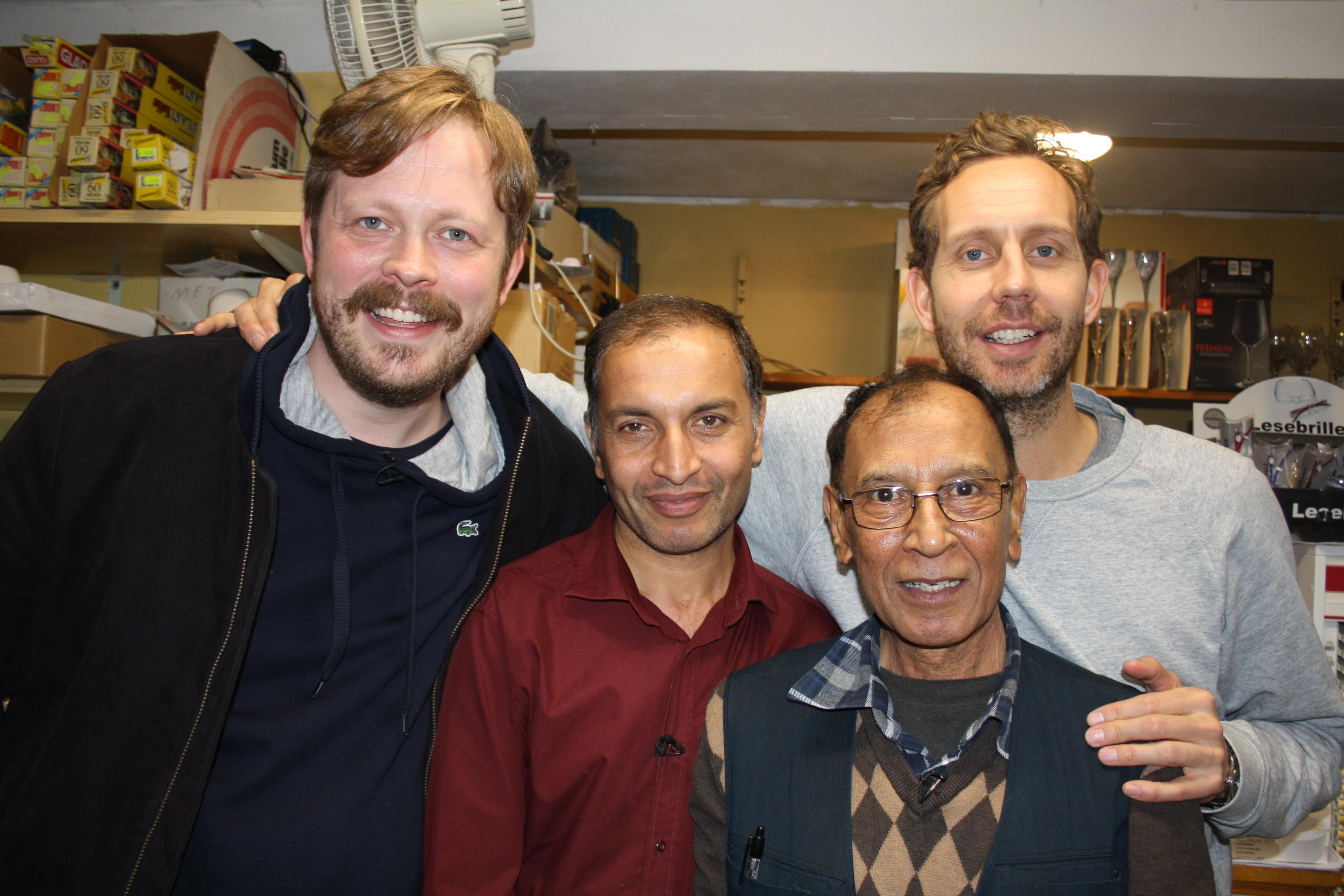 4 menn poserer