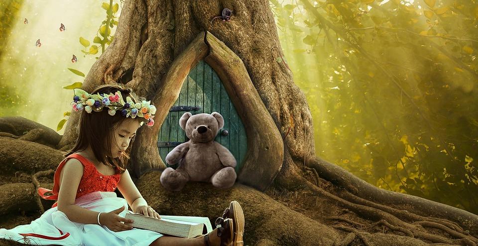Jente leser eventyr for bamse foran ett tre i en eventyrskog.