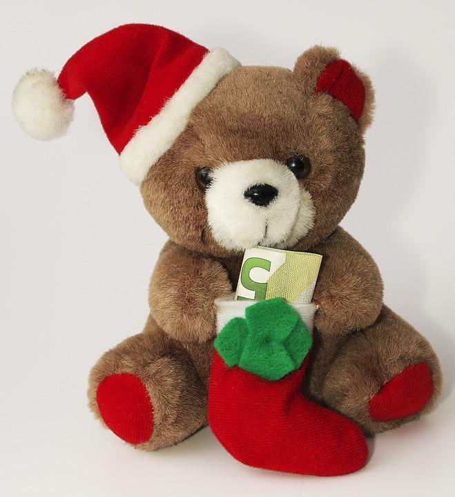 bamse med julelue og julesokk, med ett femtall oppi