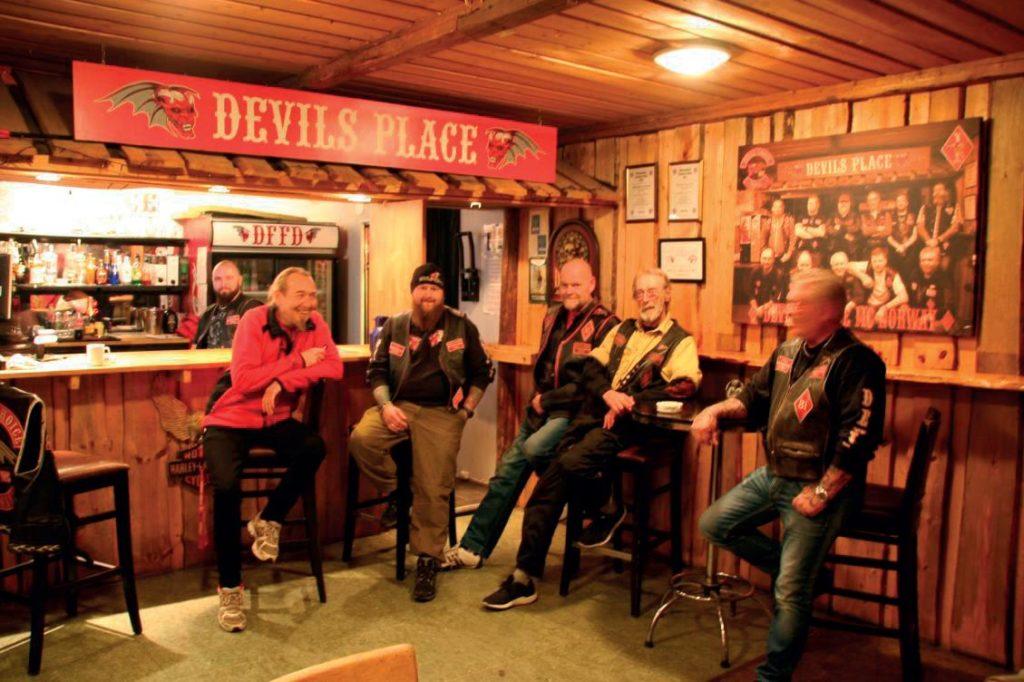 Vi ser 6 medlemmer sitte henslengt i baren