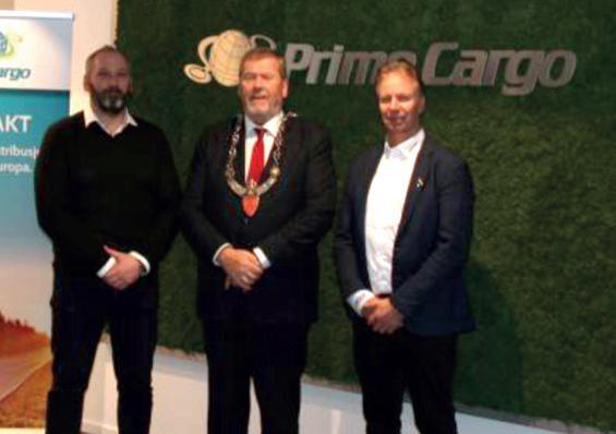 Tom Anders Ludvigsen, Bjørn Røstad CEO i eierselskapet SR-Group til høyre og Joachim Branko Hanse foran en vegg med logen til Prime Cargo