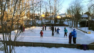 Bilde av skøytebanen med mange barn.