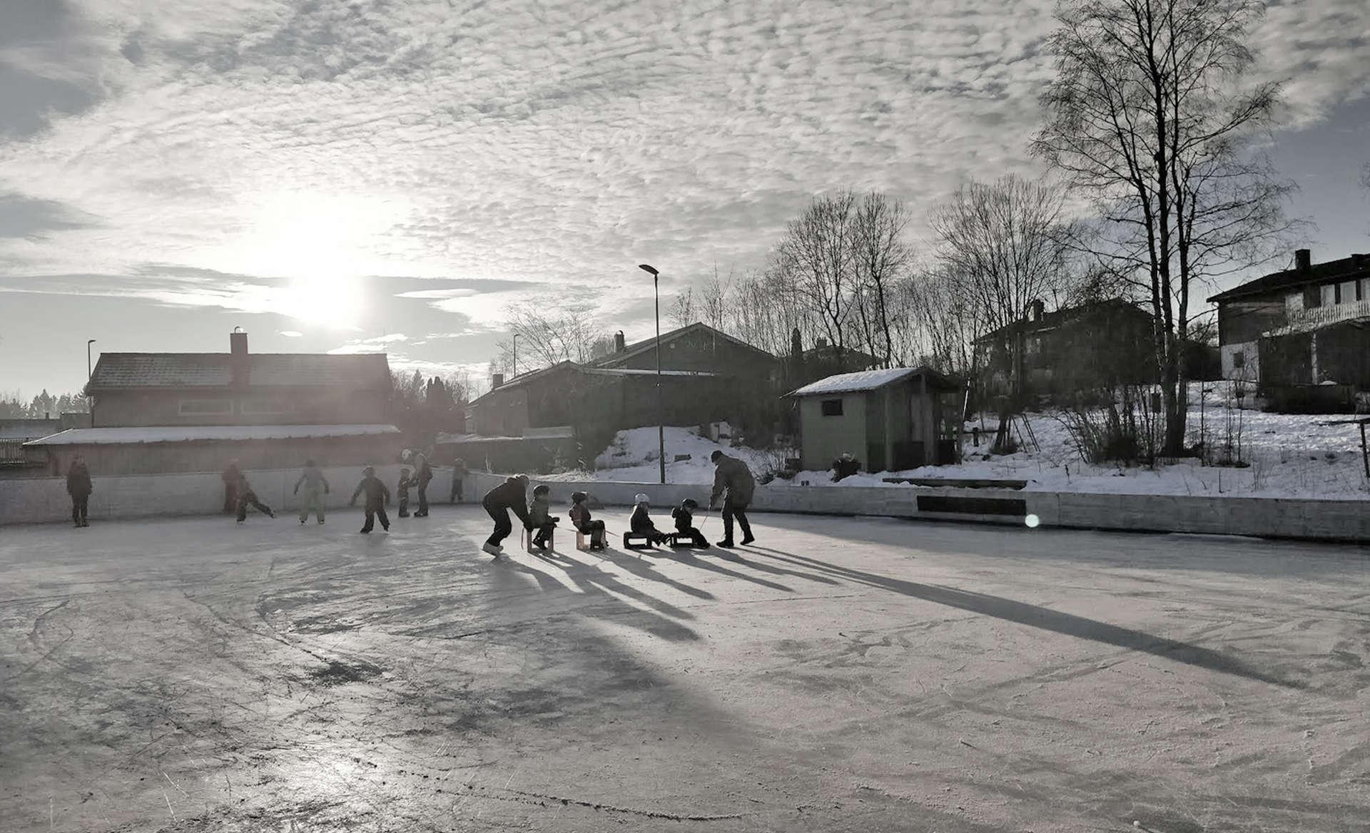 Barn på skøytebanen på Høgda.