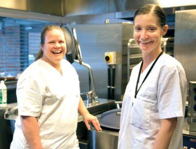 Kokkene Siw Martinsen og Tove Solberg på kjøkkenet ved Vestby sykehjem.