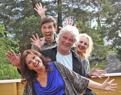 4 skuespillere i saken smiler og vinker