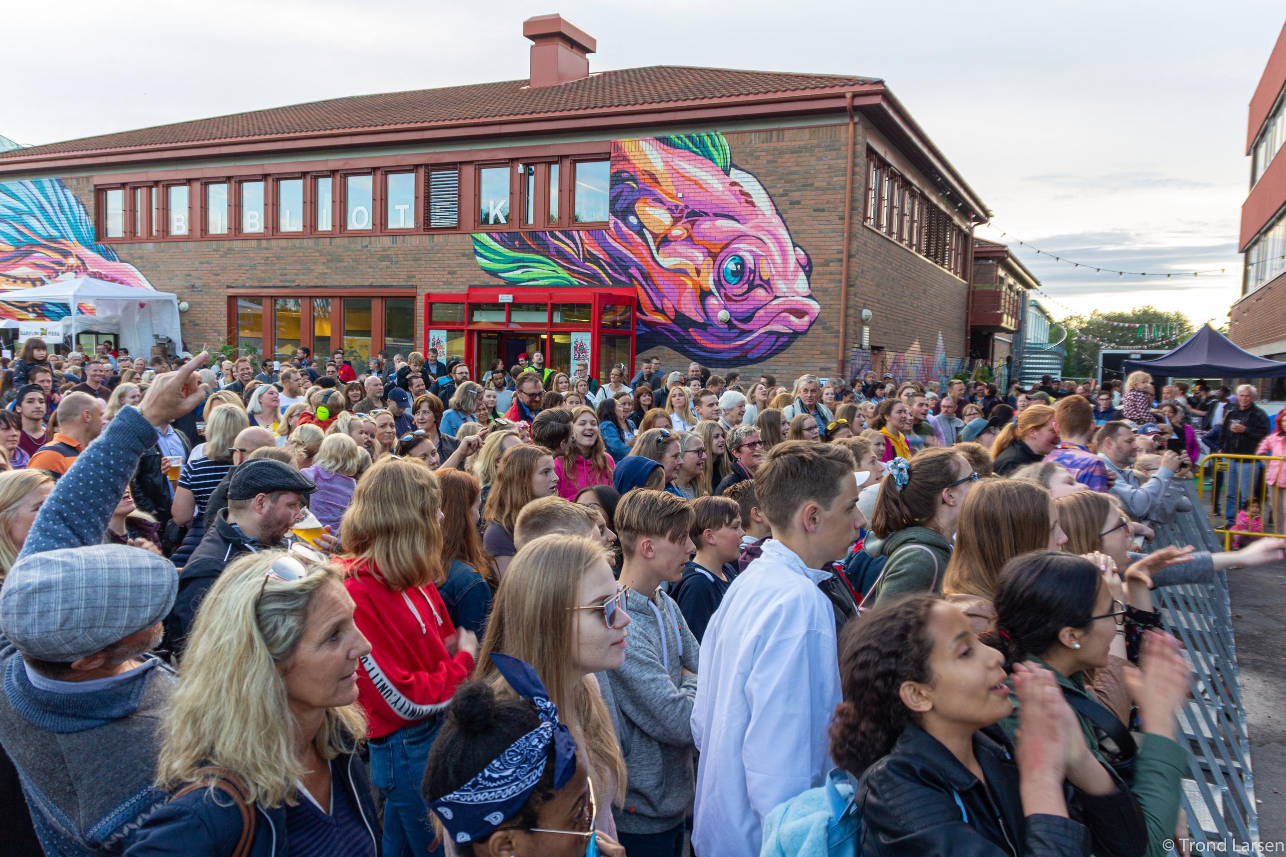 Mange mennesker deltar på gatefesten i Vestby Sentrum