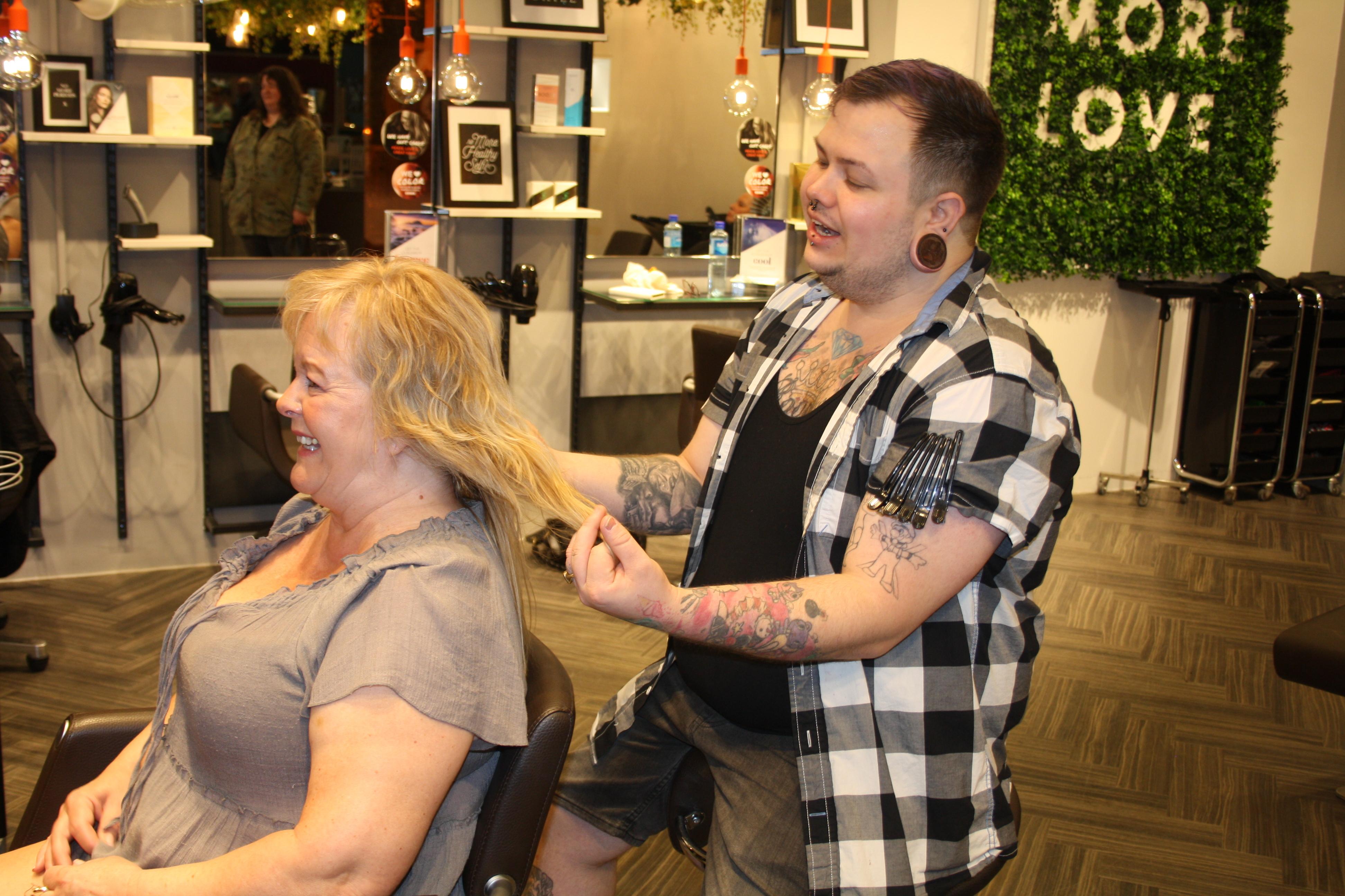 Dame hos mannlig frisør