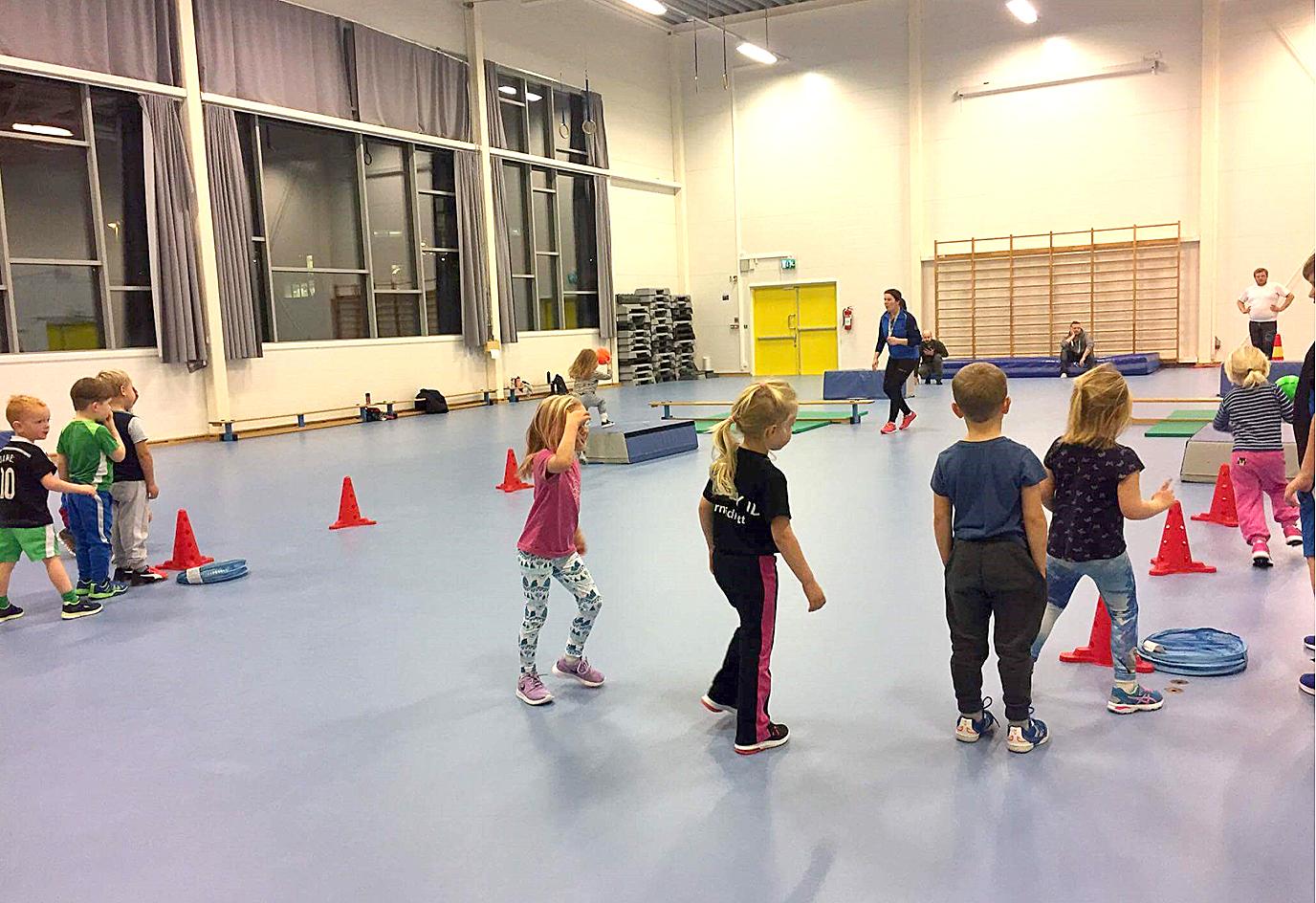 Barn i gymsal