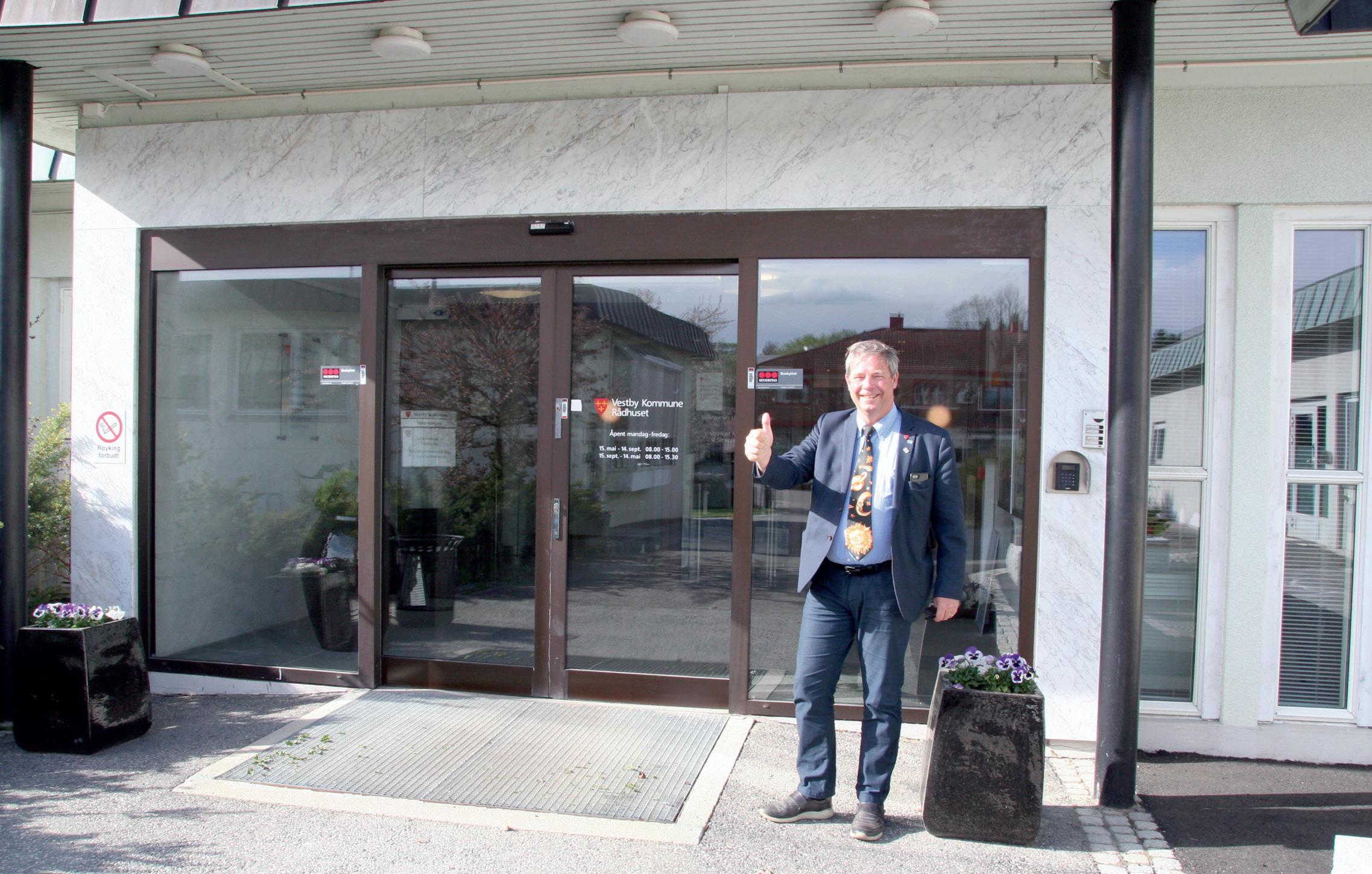 Ordførerkandidat Pål Engeseth poserer foran rådhuset