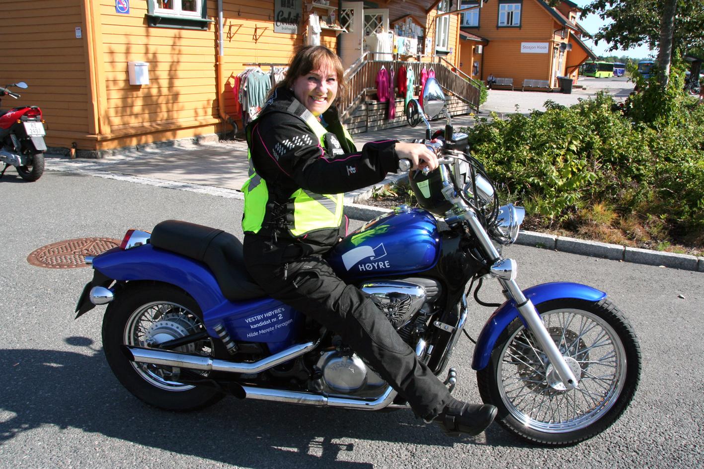 Dame på blå motorsykkel