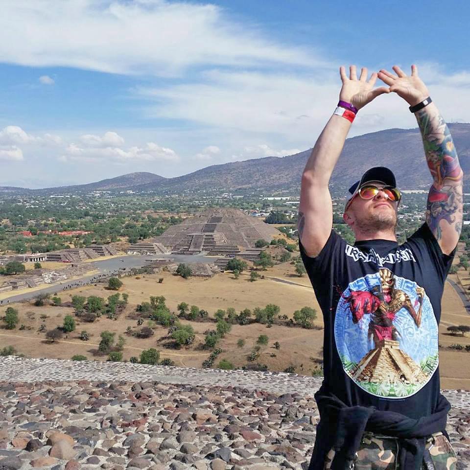 Pau Erik holder håndfalter opp mot himmelen/solen