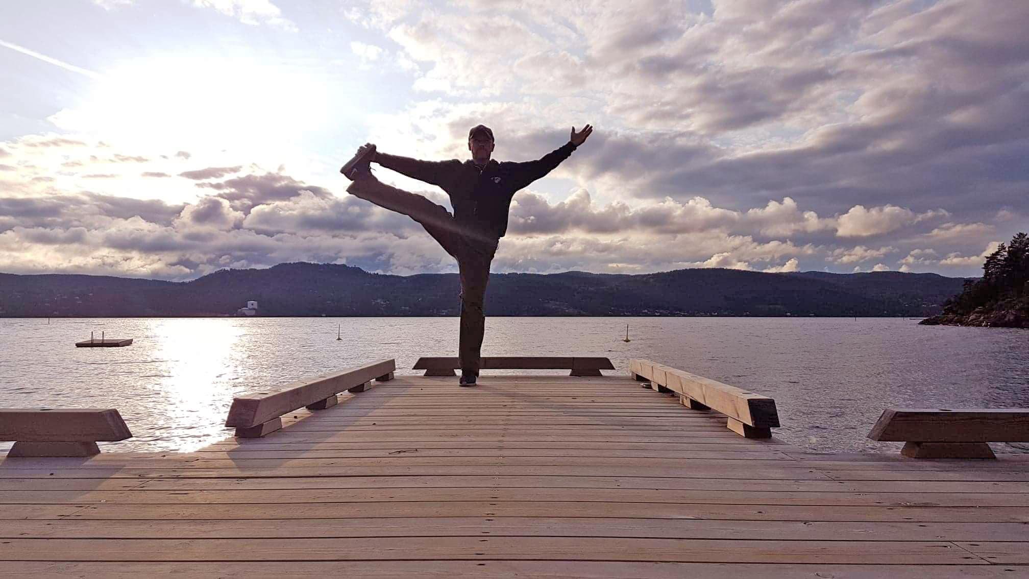 Yogastilling på brygga