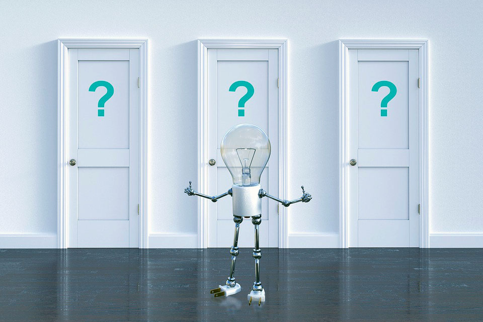 Figur stående foran tre dører med spørsmålstegn