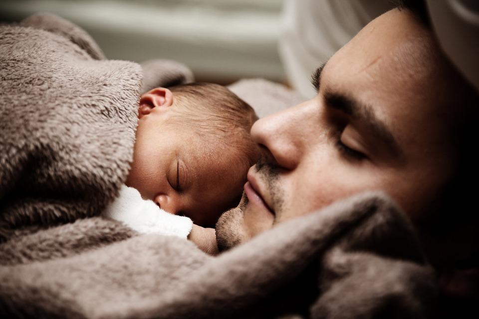 far og barn sover