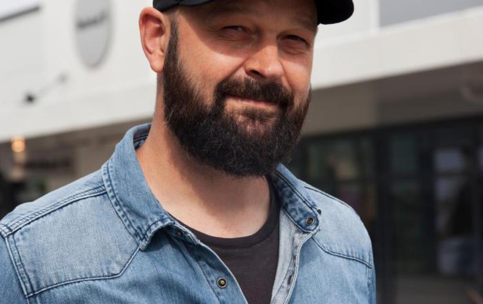Mann med caps og skjegg
