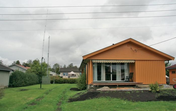 Hus med radiomaster i hagen.