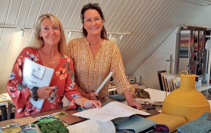 D å BO`s Marianne Hafskjold til venstre med prosjektmappen. Siv Strandvik til høyre holder orden på materiellplansjer, og moseprøven lyser opp i front til venstre.