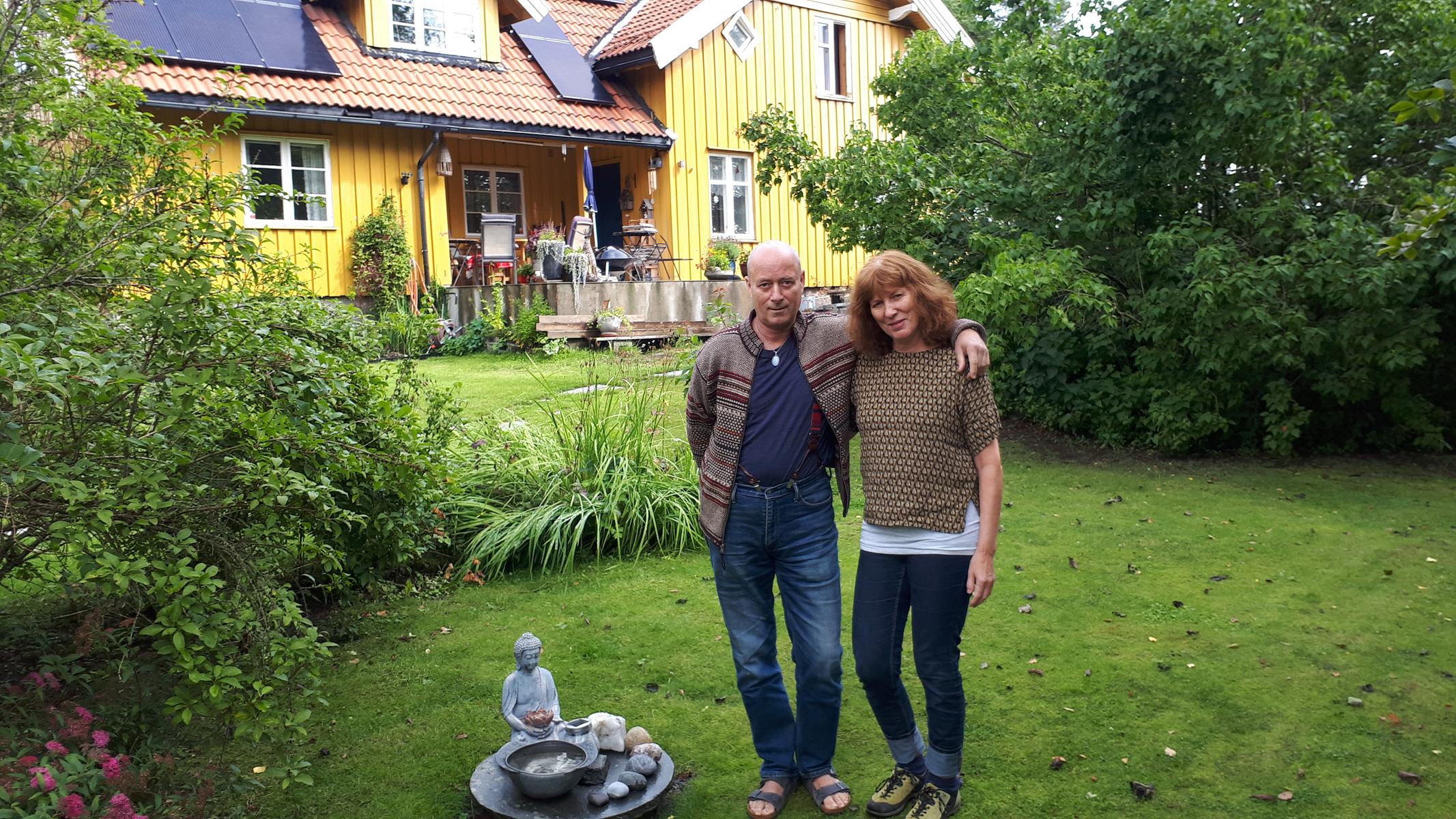par står foran et gult hus