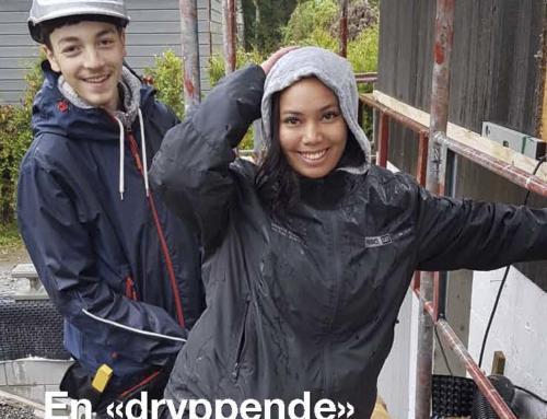 En «dryppende» byggehistorie om 8 elever og 1 lærer fra Vestby videregående skole som dro ut på byggeoppdrag i et forrykende regnvær