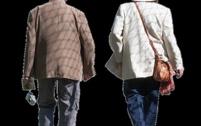 To eldre mennesker går. Ser ryggen deres.
