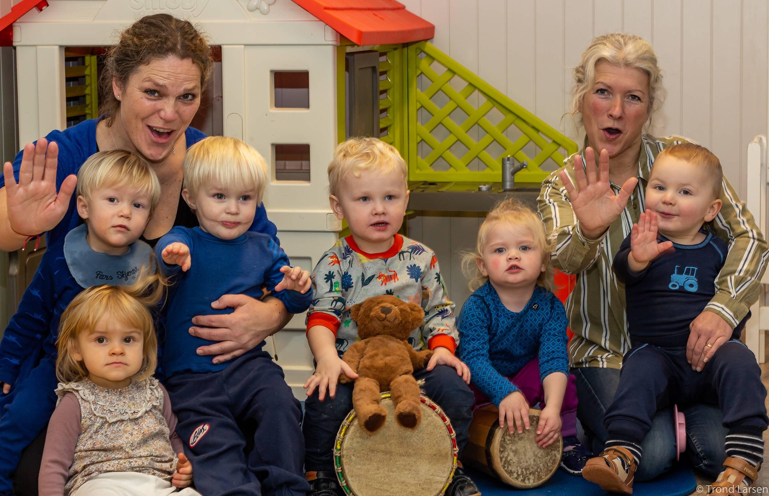 Voksne og barna viser stop tegnet ved å holde frem håndflaten.