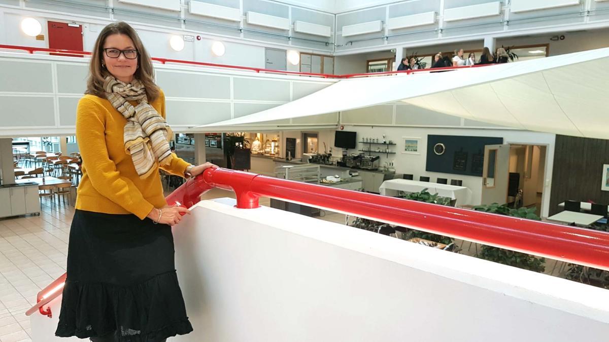 Rektor Brit Marie Helle poserer i trappen foran kantinen.