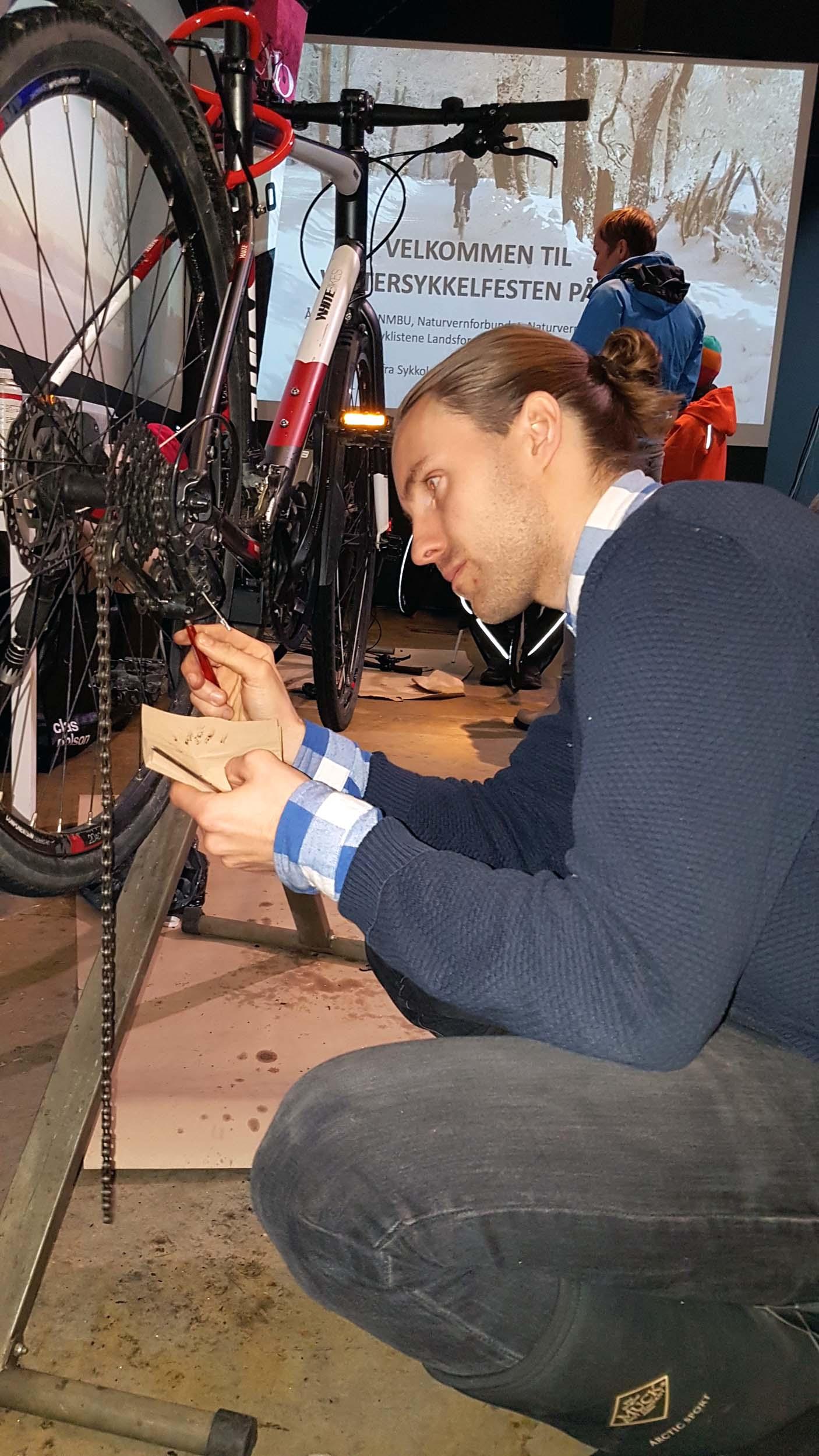 Reparerer sykkel
