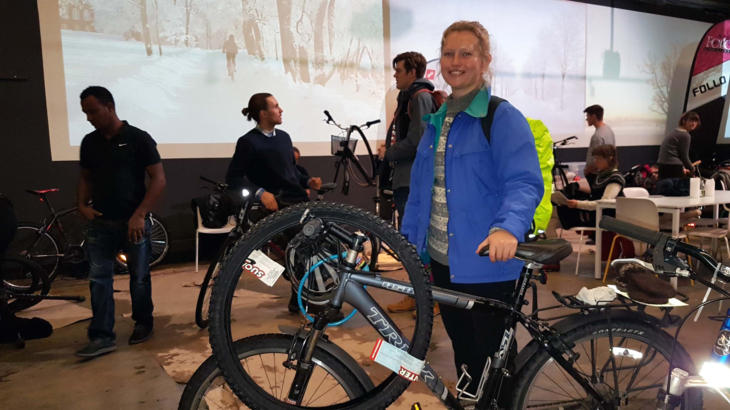 Sigrid står i kø med sykkel