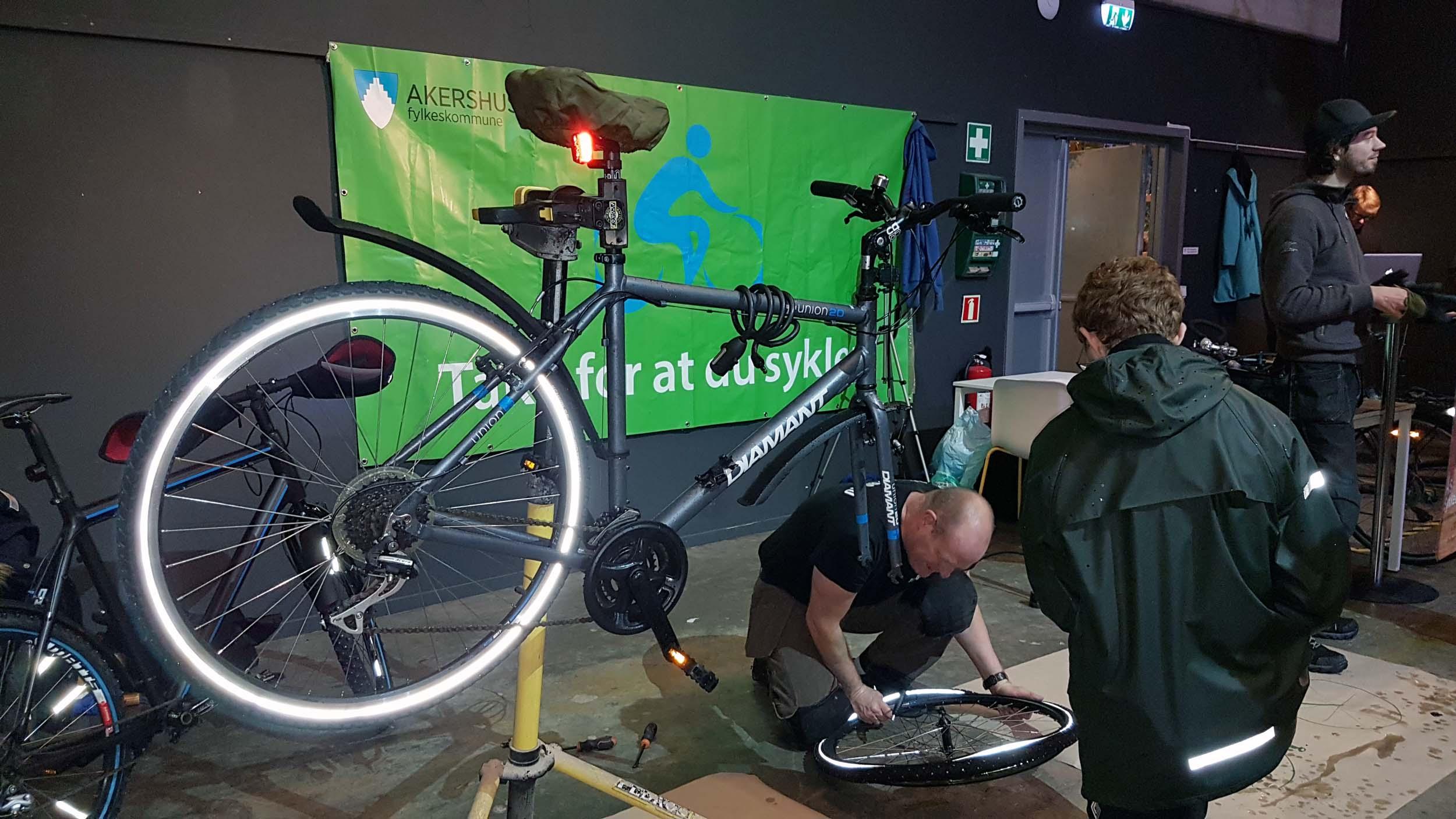 Mann jobber med sykkeldekk