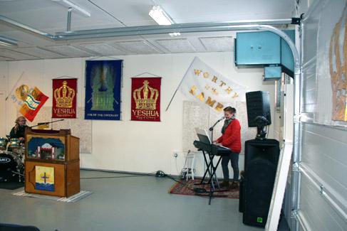 To personer spiller musikk i ett lokale