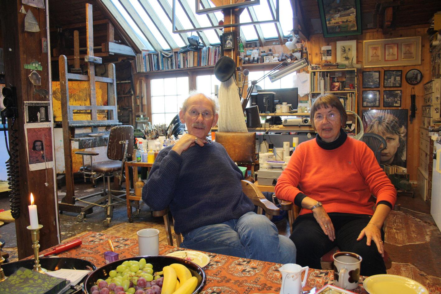 Arne Samuelsen og Tove Lissner sitter ved ett bord. Malereier i bakgrunnen