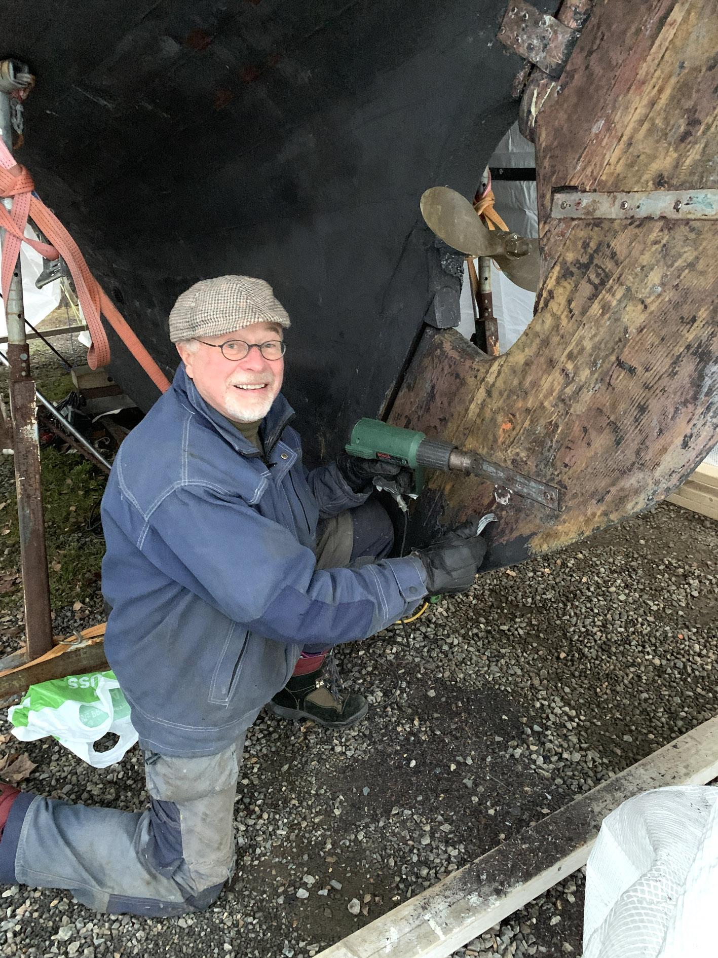 mann jobber med seilbåt