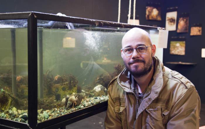 Mann står foran akvarium