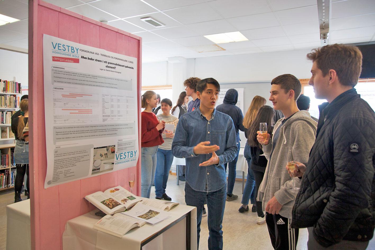 Unge forskere med champagneglass (med boblevann)