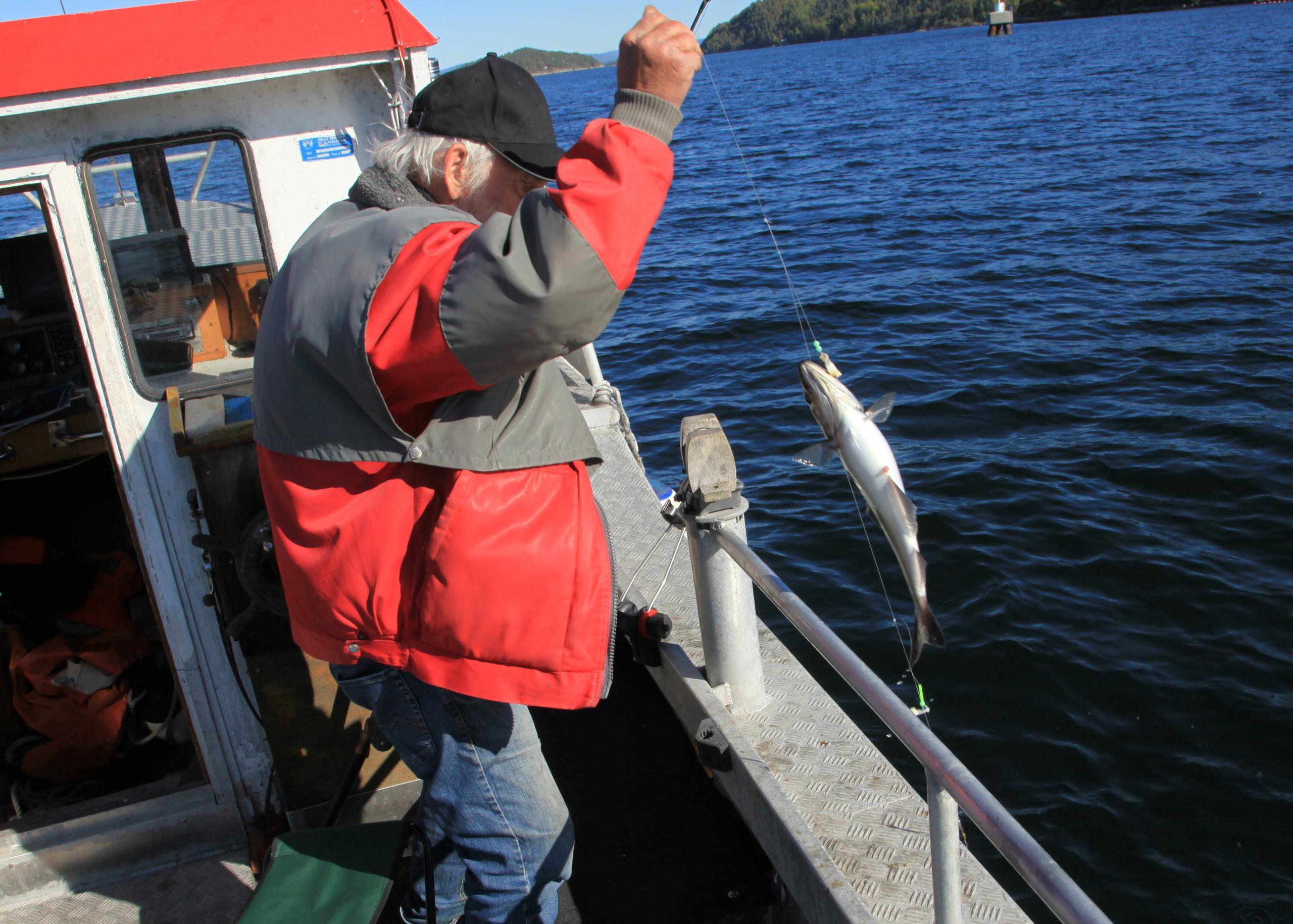 Mann får fisk