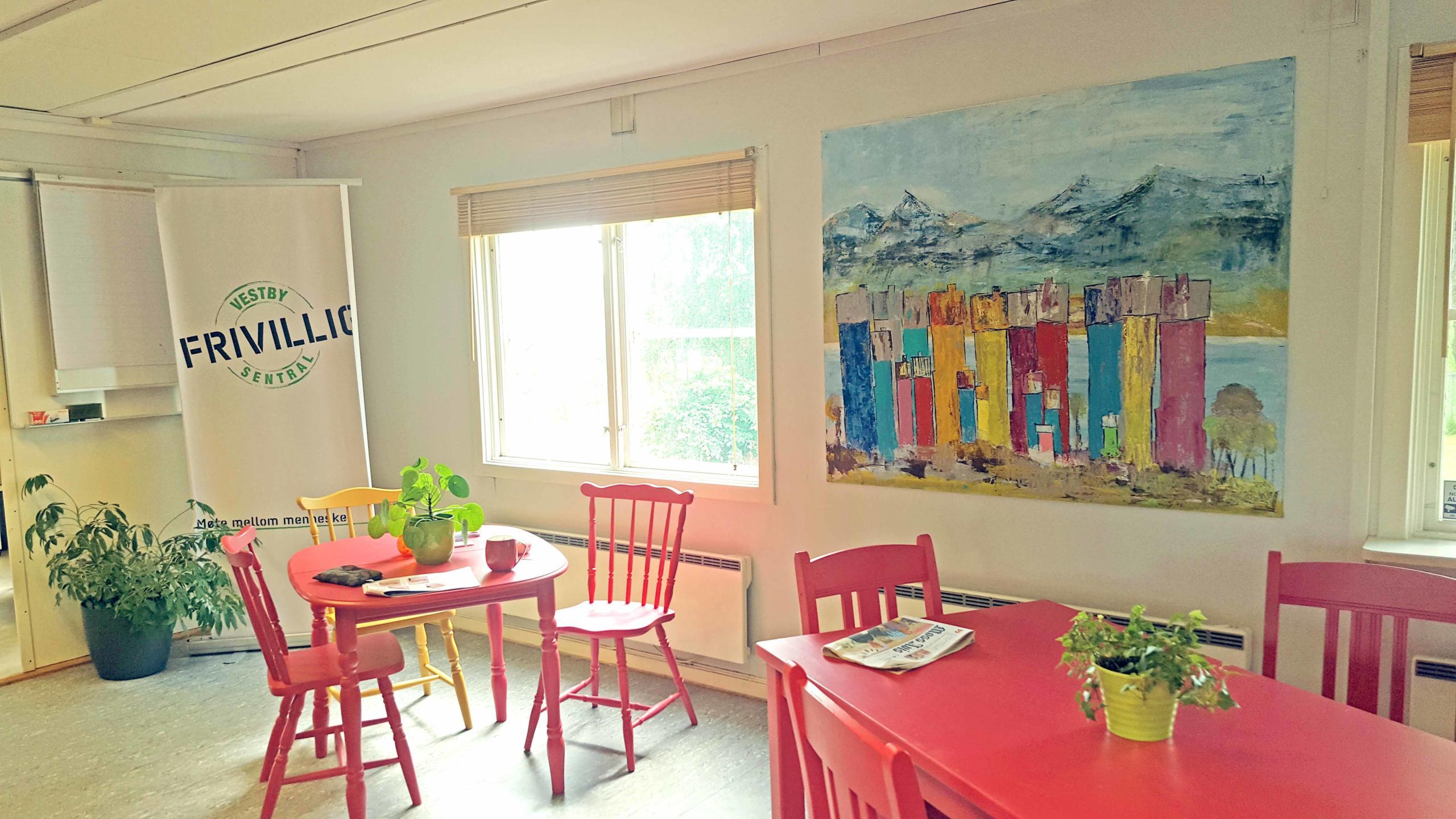 Frivilligsentralen bord stoler malerier med mange fine farger