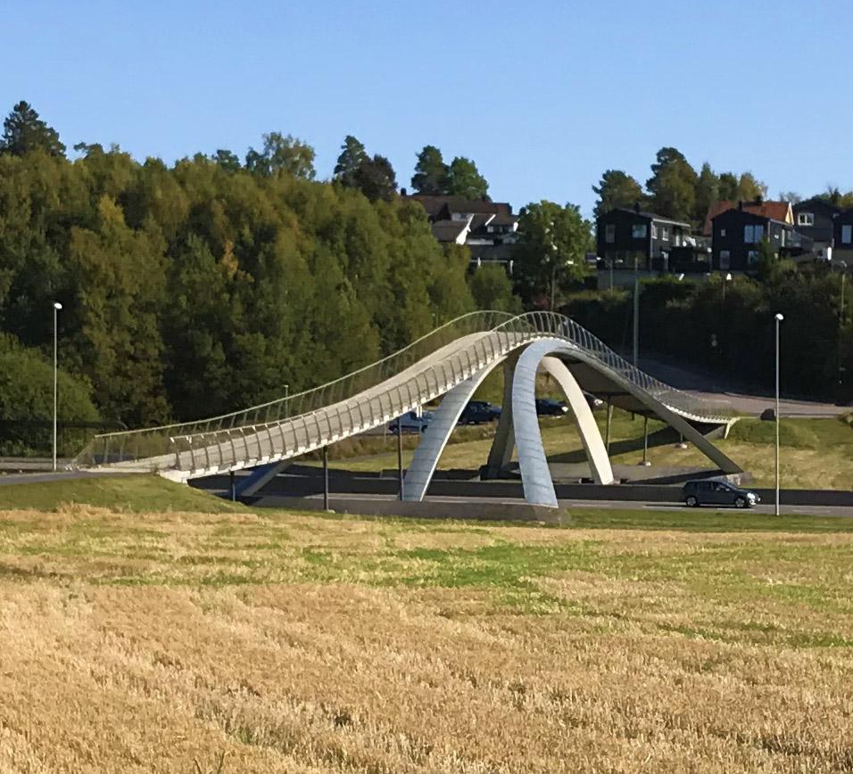 Leonardobroen i Ås tatt en septemberdag i fint lys, og åkeren er nyslått