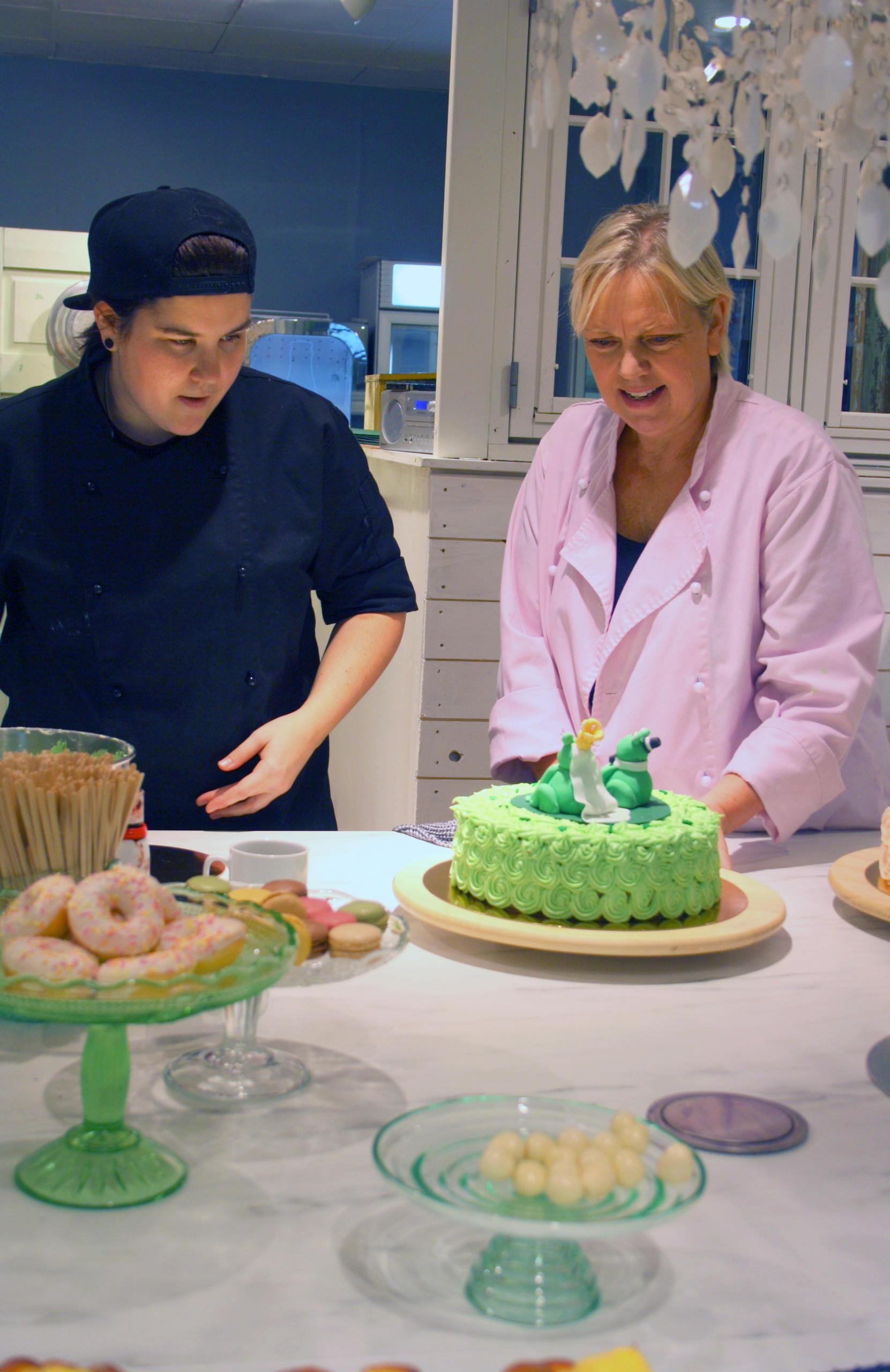 To personer ser på kaker
