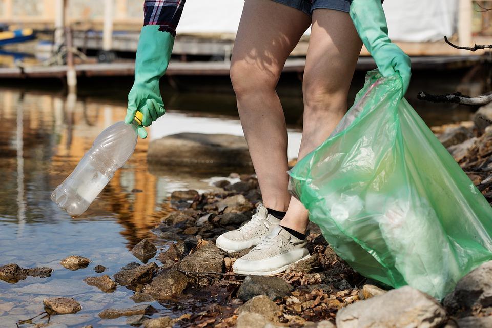 person plukker plast