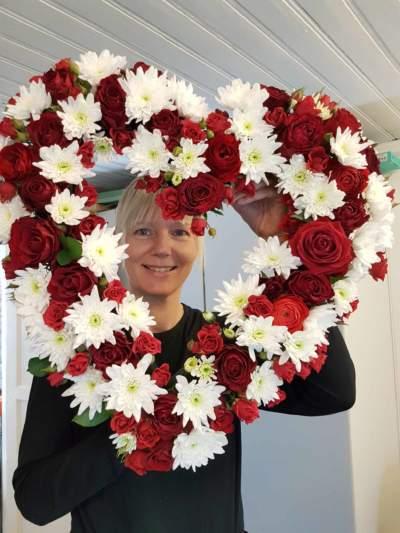 Nydelig hjertedekorasjon i røde og hvite blomster