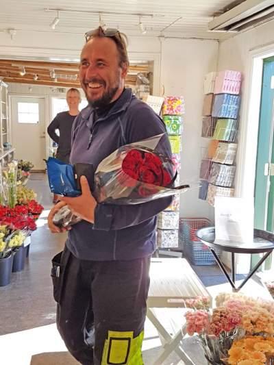 mann har kjøpt blomster