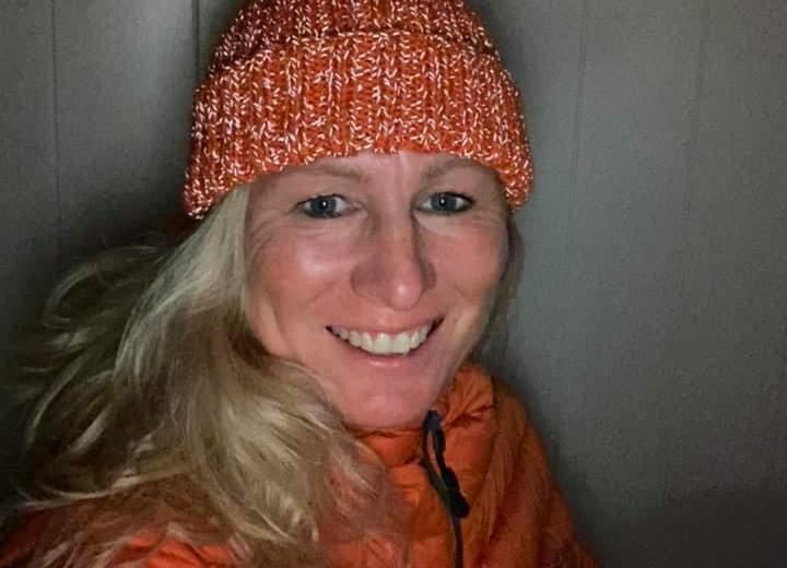 smilende dame i orange