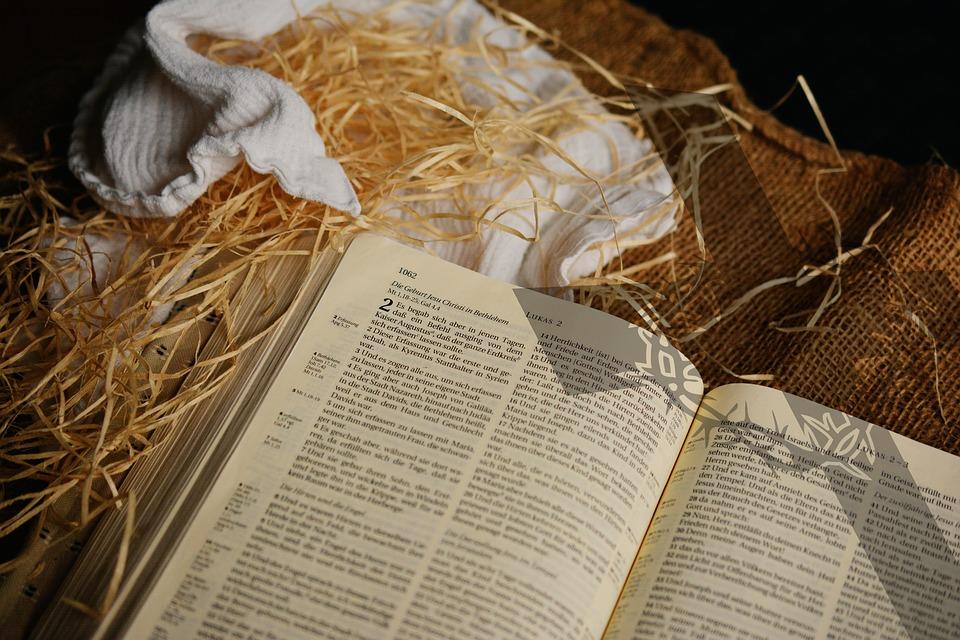 Bibel åpen på Lukas 2 - Det skjedde i disse dager.. i halm