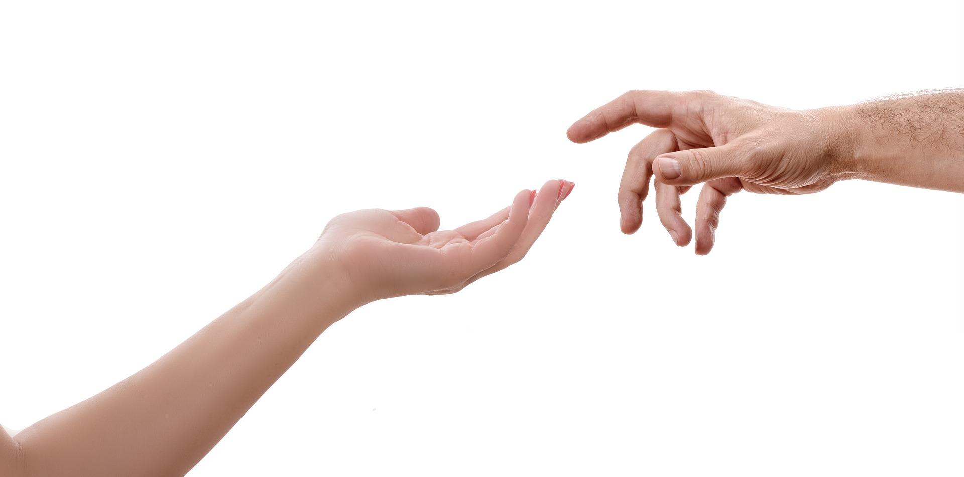 to hender strekker seg mot hverandre