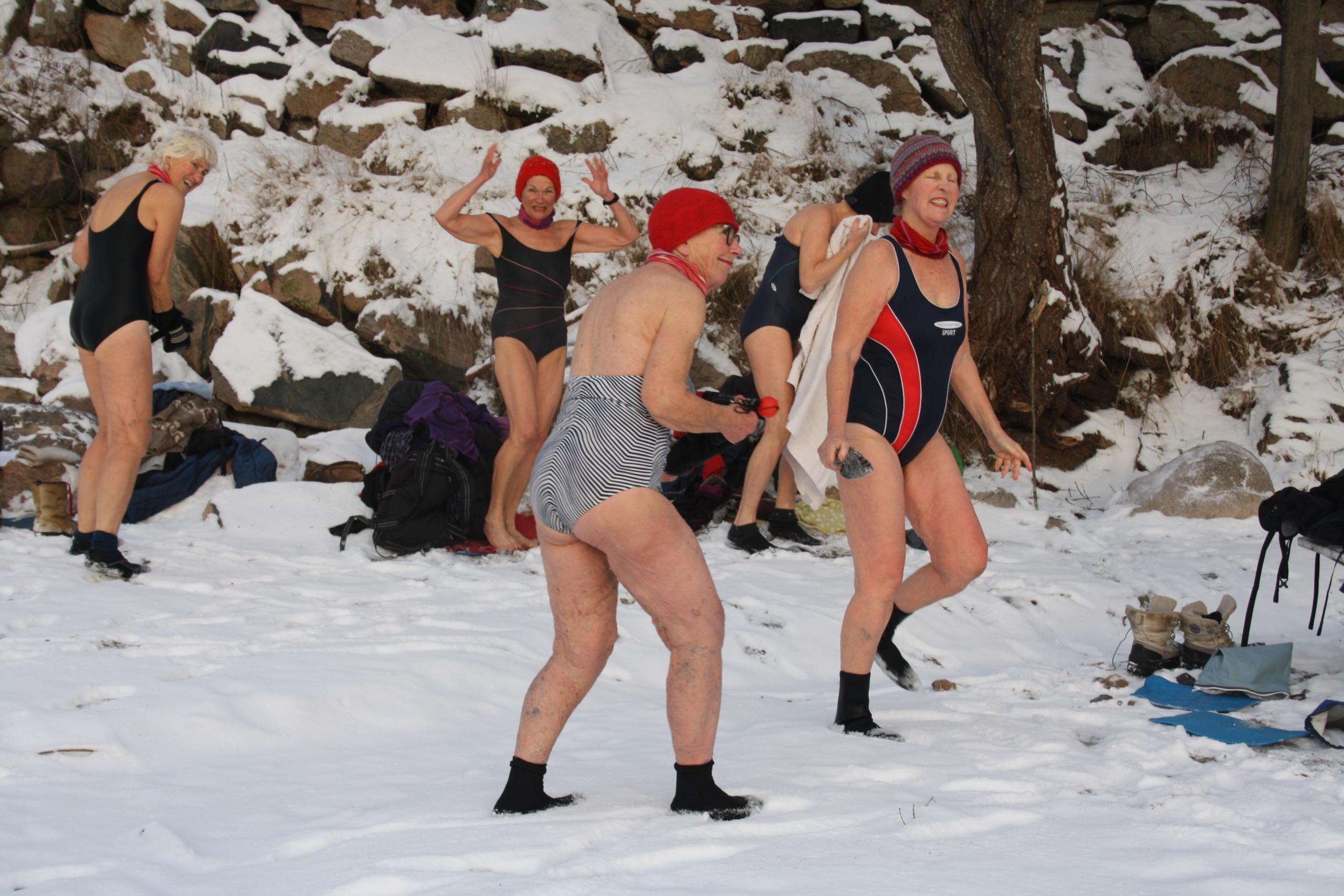 Isbadende damer på land før de skal bade.